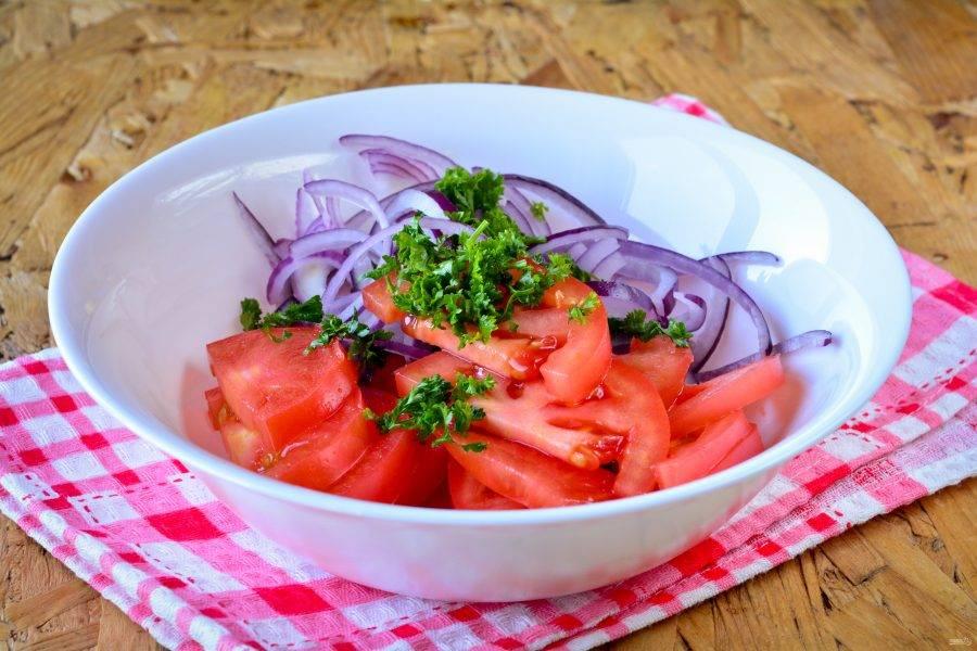 Выложите в миску помидоры, маринованный лук и измельченную зелень. Можно использовать кинзу или петрушку.