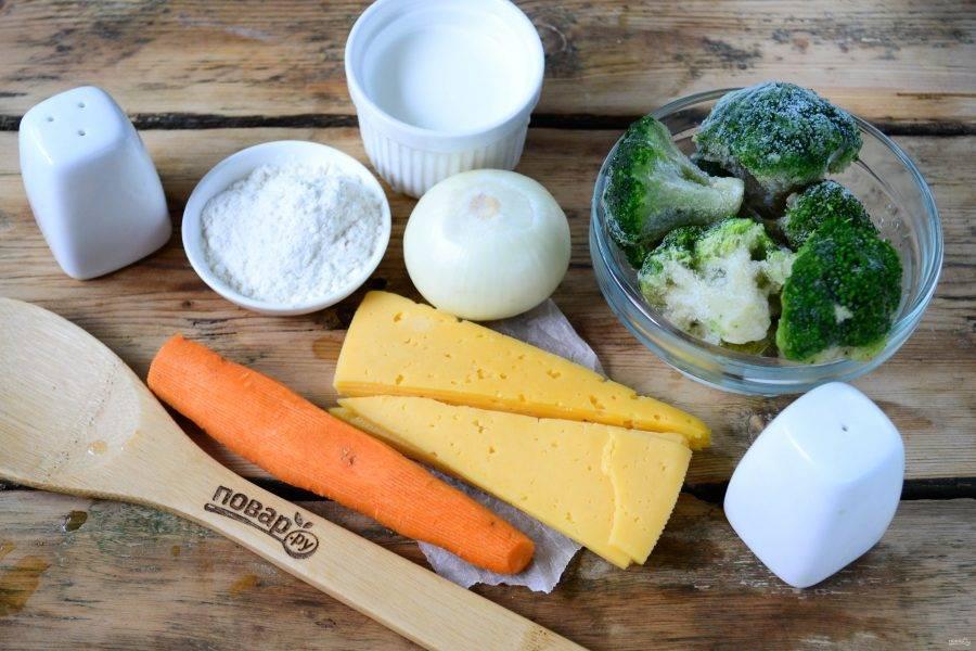 Подготовьте все необходимые ингредиенты. Брокколи, конечно же, лучше использовать свежую, но за неимением таковой можно взять и замороженную. Не отказываться же от вкусного супа! Морковь и лук очистите и ополосните.