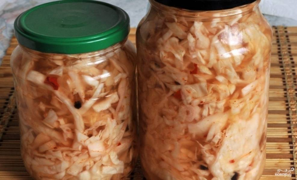 7.Перекладываем капусту в стерилизованные банки, заливаем остатками маринада и закрываем крышкой. По желанию можно законсервировать банки металлическими крышками. Отставляем банки в холодильник или в прохладное место.