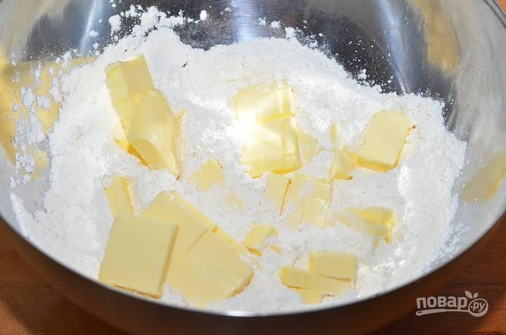 2.Муку просеиваю в миску, добавляю к ней сливочное масло.