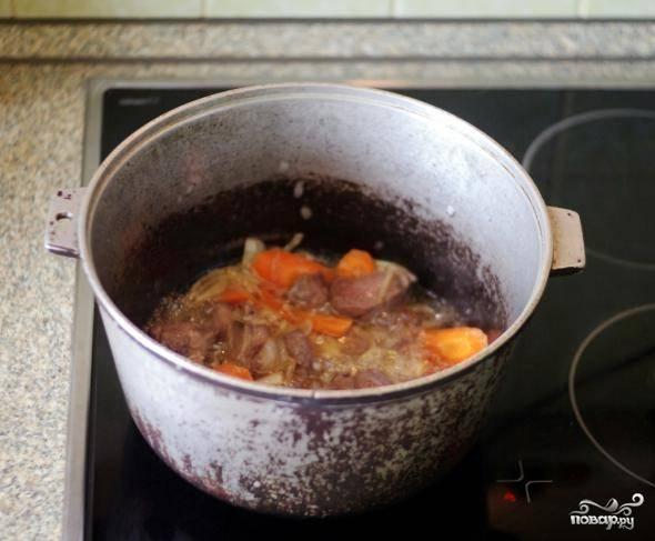 Морковь крупно нарезанную добавить в казан.