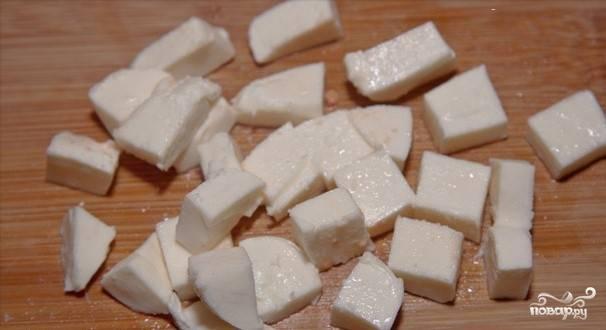 Пока обжариваются помидоры на среднем огне (около 5-7 минут), нарезаем кубиками сыр.