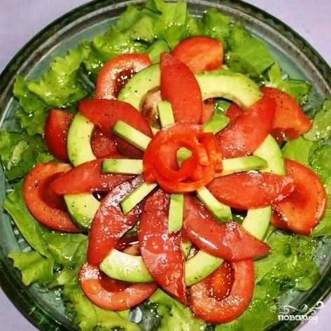 Салат с красной рыбой готов. Приятного!