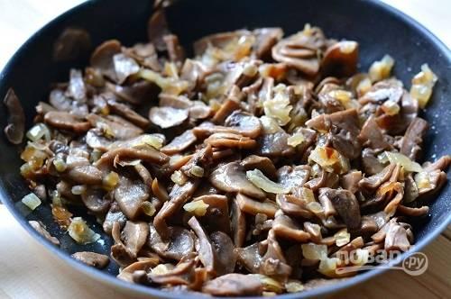 Обжариваем грибы с луком на растительном масле до готовности. Посолим по вкусу, и пусть остывают.
