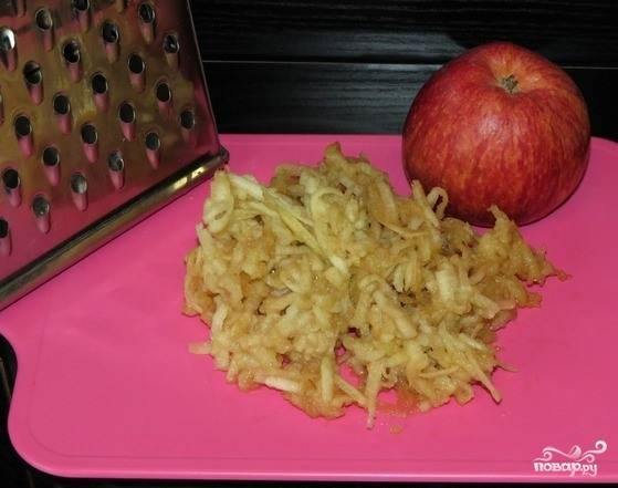 Яблочки вымойте и очистите. Удалите у них сердцевинку вместе с семечками. Затем натрите фрукт на крупной терке. Можно сбрызнуть лимонным соком, чтобы яблочко не потемнело.