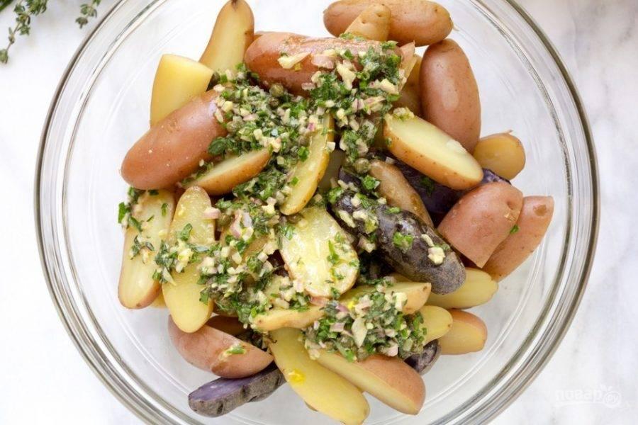 Заправку влейте к ещё тёплому картофелю. Перемешайте и оставьте хотя бы на час, чтобы картошка хорошо пропиталась.