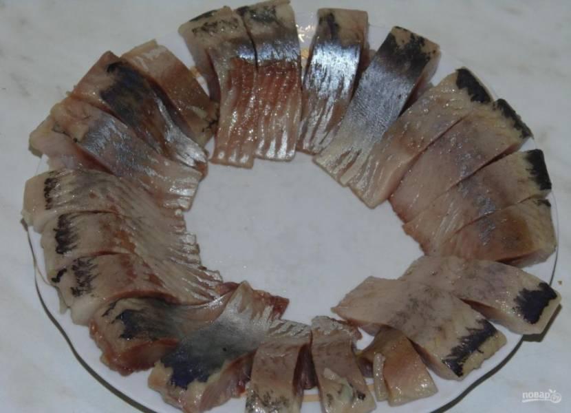 3.Очистите сельдь от кожуры и костей, разделите ее на небольшие кусочки.