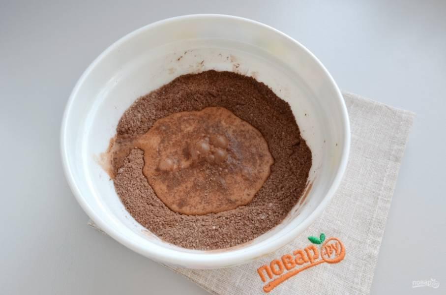 Влейте  50-70 миллилитров молока и венчиком соединяйте с сухими ингредиентами. Таким образом вы сможете избежать образования комочков. Когда масса будет однородной, добавьте остальное молоко и перемешайте.