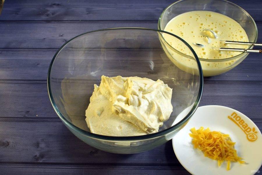 Творог перебейте блендером до однородной массы без комочков. Добавьте ванильный пудинг, измельченную лимонную цедру, сметану, пробейте до однородности.  Яйца и сахар взбейте в пышную светлую пену.