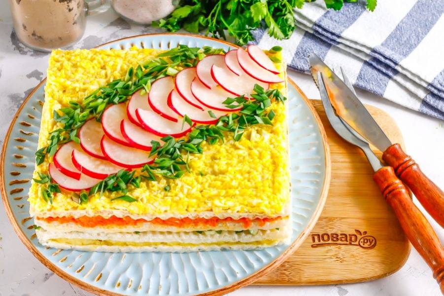 Украсьте блюдо перед подачей к столу нарезанным промытым редисом и зеленым луком, другой пряной зеленью. Если вы любите хрустящие закуски, то не охлаждайте торт в холодильнике и наоборот.