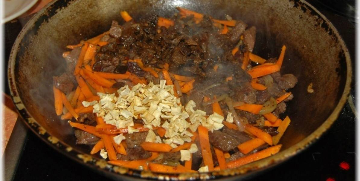 2. Добавим морковку соломкой, подготовленные грибы и специи по вкусу (я брала корень петрушки).