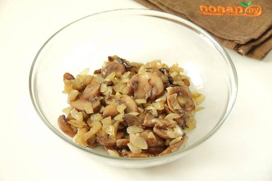 Для начинки обжарьте грибы с луком до готовности.