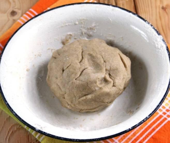 3. Тесто не должно быть слишком тугим, так что с мукой нужно осторожно. Скатайте из него шарик, выложите его в полиэтиленовый пакет. Положите в холодильник примерно на полчаса.