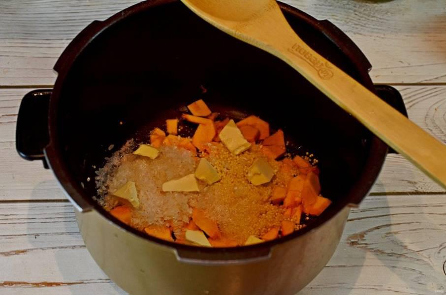 """5. На тыкву в чашу мультиварки выложите пшено, рис, соль, сахар и кусочки сливочного масла. Залейте молоком и готовьте в режиме """"Каша""""."""