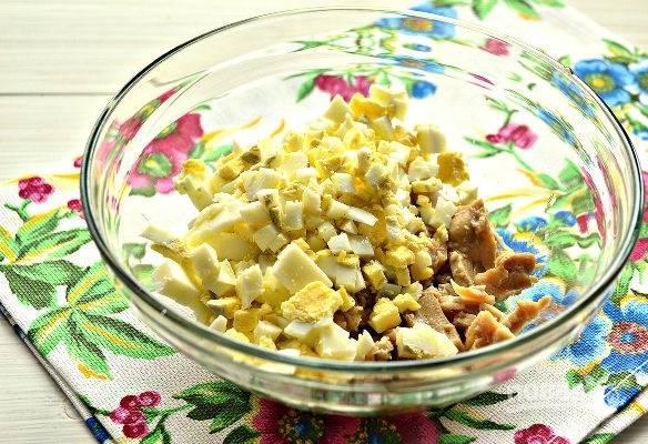 3. Добавьте нарезанные яйца.