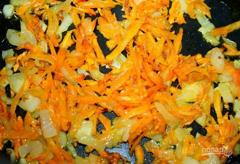 """В режиме """"Жарка"""", предварительно влив масло, обжариваем морковь и лук 5 минут."""