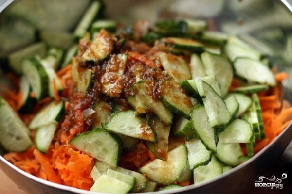 Выливаем получившуюся заправку в салат, хорошенько перемешиваем. Даем немного настояться, чтобы овощи пропитались заправкой.