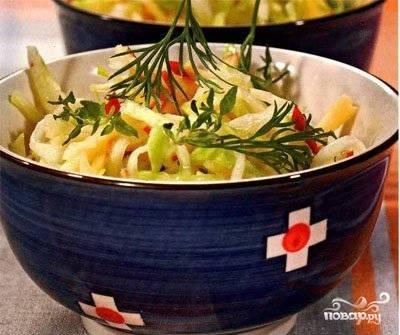 Заправьте салат, перемешайте и подавайте к столу. Приятного аппетита!
