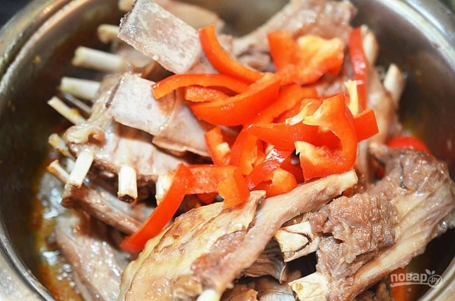 5. Когда жидкость в сковороде выпарится, обжарьте немного мясо в собственном жире. Посолите, поперчите, добавьте перец и обжарьте всё вместе.