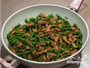 Стручковую фасоль варите 10 минут в кипящей подсоленной воде. Затем добавьте готовую фасоль к мясу. Хорошо перемешайте. Приятного аппетита!
