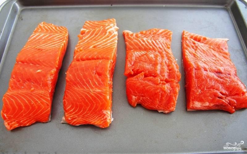 Берем 4 кусочка филе лосося (если у вас цельный - разрежьте). Выкладываем на противень, застланный фольгой или пекарской бумагой (я не застилала - и зря, противень еле отмыла потом).