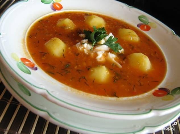 6.Приступайте к приготовлению картошки. Очистите ее от кожуры, порежьте на две части, опустите в кастрюлю с супом и варите до готовности. Перед окончанием добавьте зелень. Перед подачей в каждую тарелку положите порезанное яйцо.