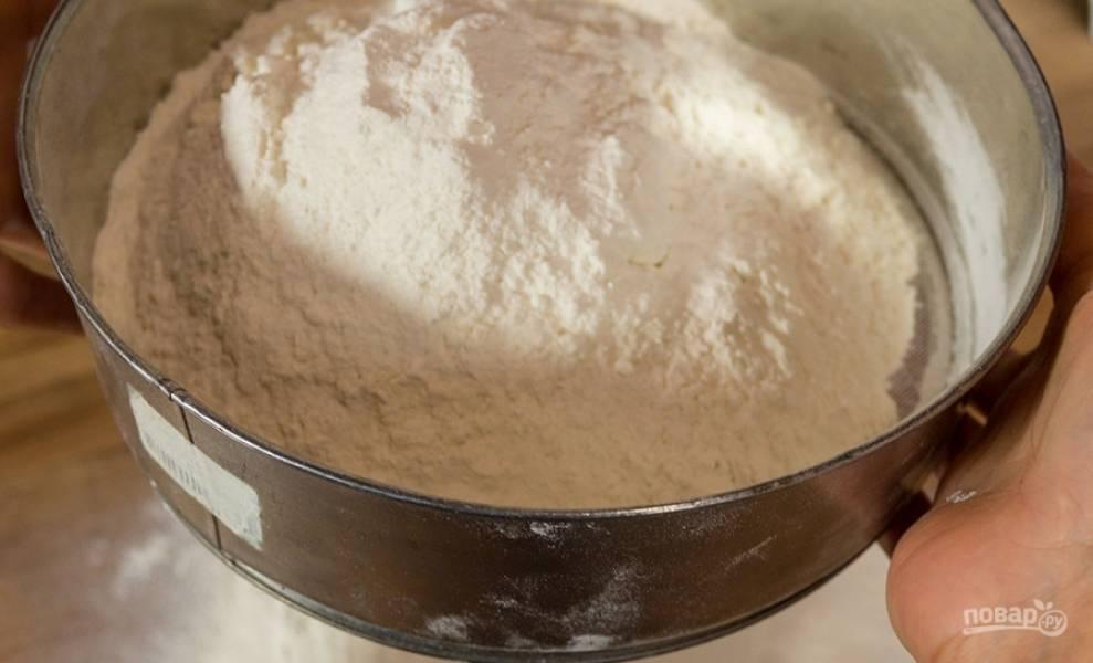1. Сначала смешаем сухие ингредиенты: муку и  соль, а потом добавим растопленное масло и молоко, вымешаем однородное тесто.