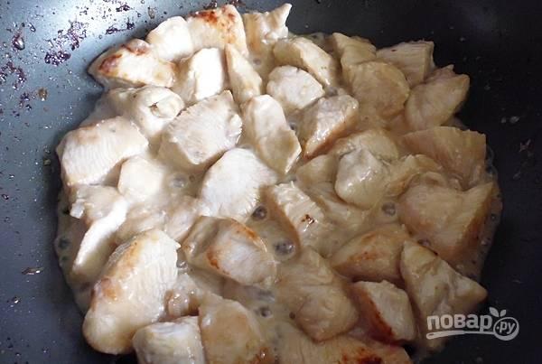 Затем обжарьте на сковороде на растительном масле. Вытащите курицу в отдельную посуду.