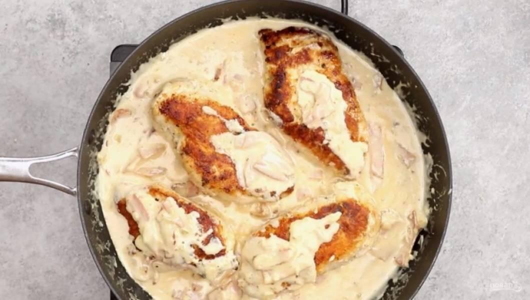 Отправьте к соусу куриное филе, уменьшите огонь и накройте крышкой. Через 3-5 минут можно подавать к столу.