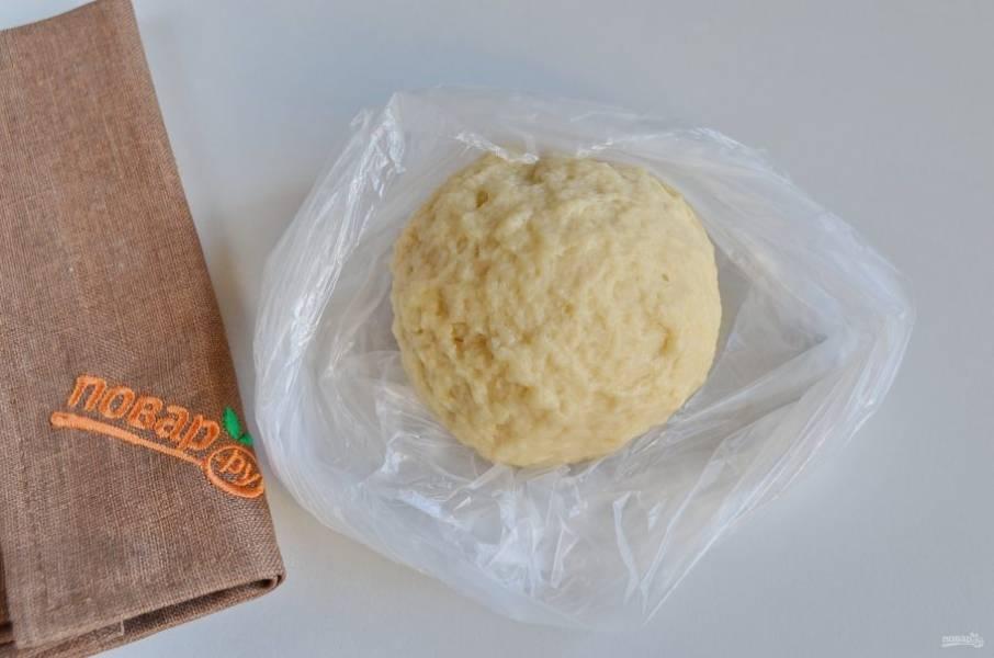 Замесите тесто. Соберите его в ком. Заверните в пакет или просто накройте салфеткой, чтобы не сохло, и оставьте на 20 минут.