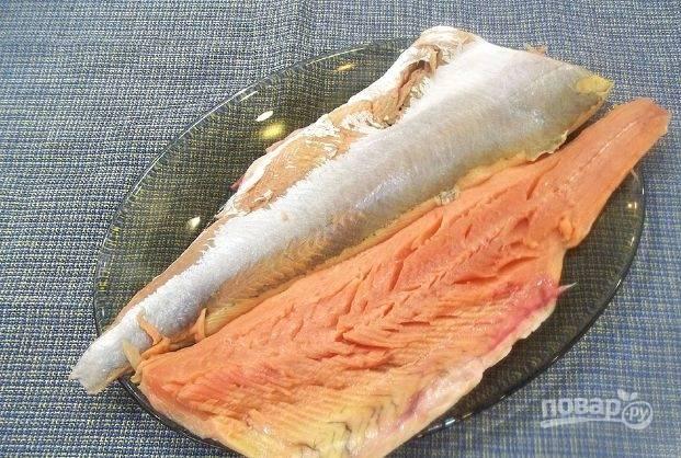 Если необходимо, разморозьте рыбу. Промойте её, достаньте косточки и обсушите.