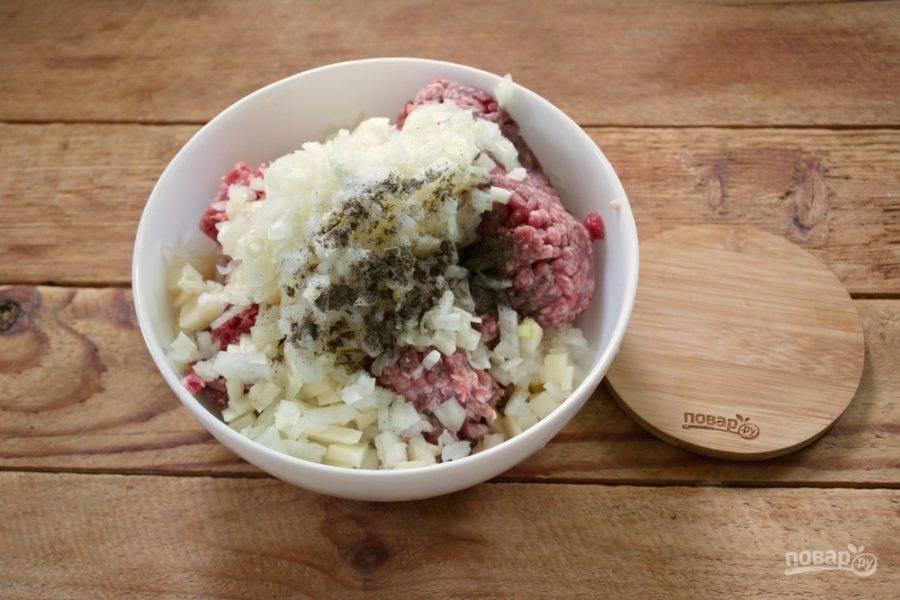 Для приготовления начинки возьмите мясной фарш. Можно взять только говяжий фарш, а можно смешанный (50/50 свинина/говядина). К фаршу добавьте соль, специи, нарезанный мелкими кубиками лук и картофель.