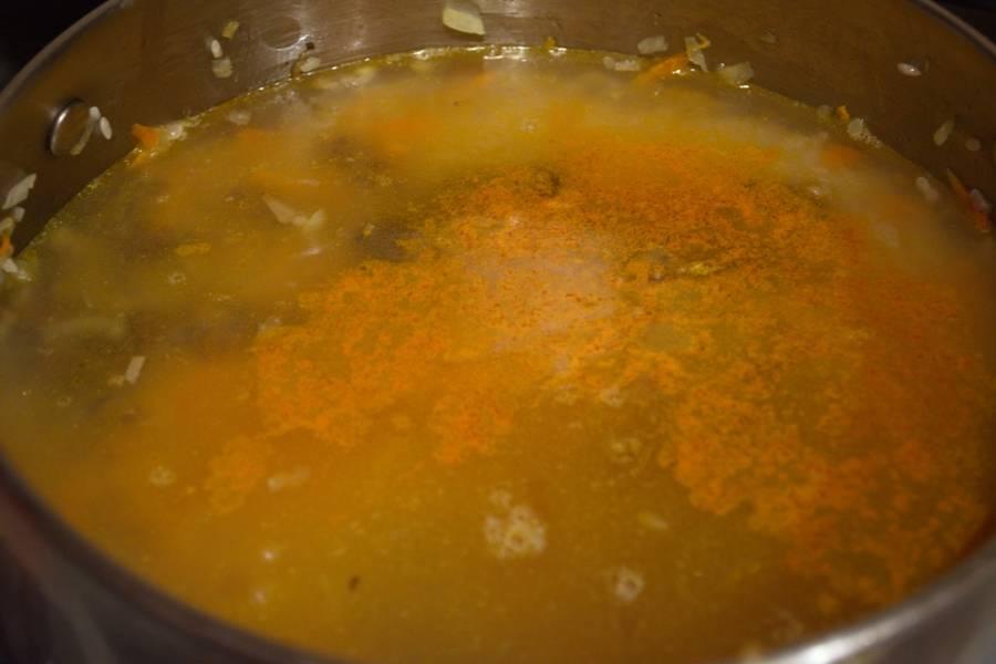 В пяти водах промойте рис до чистой воды. Рис выложите к овощам. Залейте горячим бульоном (добавьте соли) и варите на низком огне, накрыв сотейник крышкой.  За период варки риса помешивать ничего не надо. Рис впитает воду.