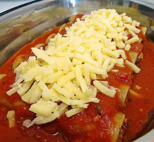 10. Сыр натереть на терке и присыпать сверху. Отправить форму в заранее разогретую духовку минут на 25. Перед подачей блюдо можно присыпать свежей зеленью.