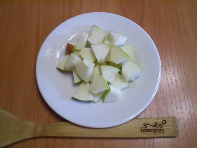 Порежьте грушу кусочками, выложите на тарелочку.