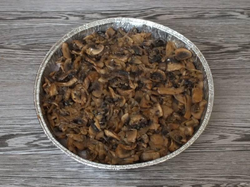 Выложите грибы на слой куриного филе.
