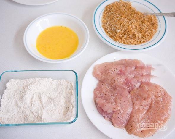 3. Подготовьте грудку, яйца, муку и панировочные сухари.