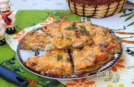 Выпекаем пиццу при 180 градусах 30 минут, затем посыпаем натертым сыром и отправляем в духовку еще на минут 10.
