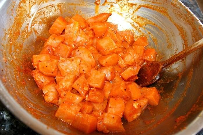 6. Куриные грудки вымыть, просушить и нарезать небольшими кусочками. Отправить в мисочку с маринадом и оставить на время, пока будет готовиться картофель.