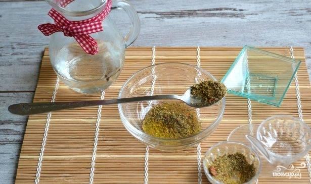 Для заправки смешайте уксус с маслом, специями и солью.