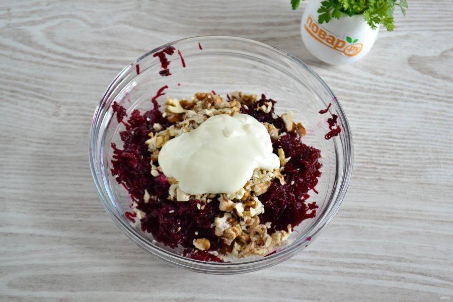 Посолите и добавьте сметану. Добавляйте понемногу, чтобы не переборщить, и салат в результате не поплыл.