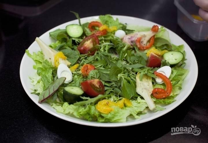 Сверху выложите овощи: помидоры, огурцы, перец и редис.