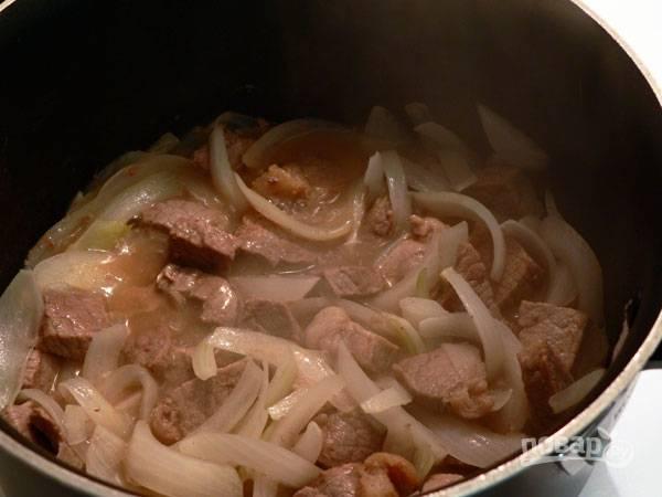 5.Перемешайте все содержимое и готовьте до мягкости луковицы.