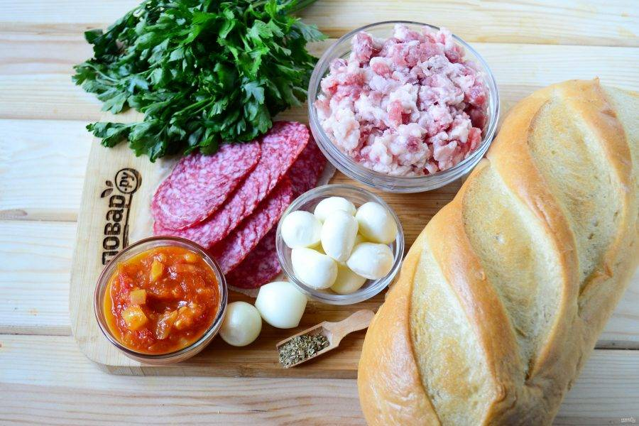 """Подготовьте все необходимые ингредиенты. Вместо фарша можно использовать мелко порубленное мясо, а соус """"Маринара"""" можно заменить на любой другой томатный соус."""