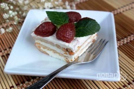 Украшаем торт фруктами и листочками мяты, также можно посыпать тертым шоколадом и орехами. Ставим торт в холодильник на 1 час.
