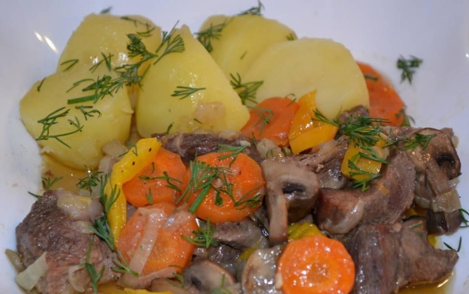 Готовую говядину с шампиньонами подаем с отварным картофеле и овощами. Приятного аппетита!