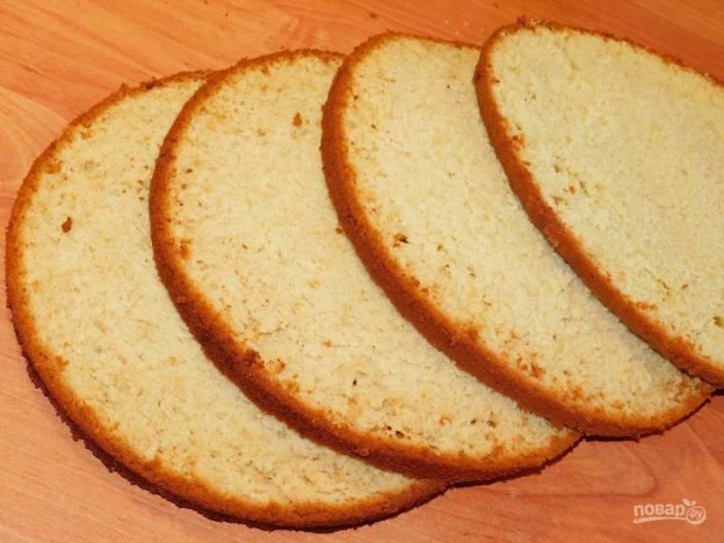 Готовый бисквит остудите, разрежьте на 3-4 коржа и используйте по назначению.
