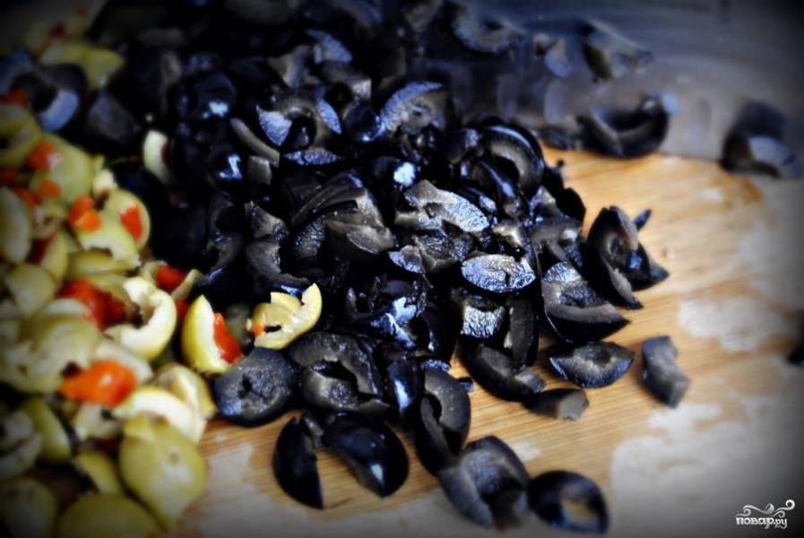 Черные и зеленые оливки нарезаем достаточно мелко.