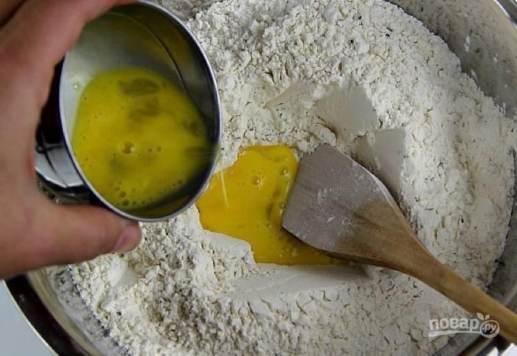 5.Слегка размешайте яйцо и добавьте в миску с мукой.