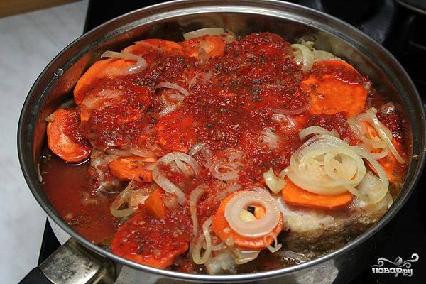 Заливаем сковороду с рыбой получившимся соус, накрываем крышкой и тушим на медленном огне 40 минут. Вот и все - минтай в соусе готов! :)